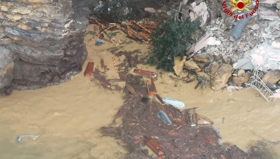 В Италии часть кладбища обрушилось в море