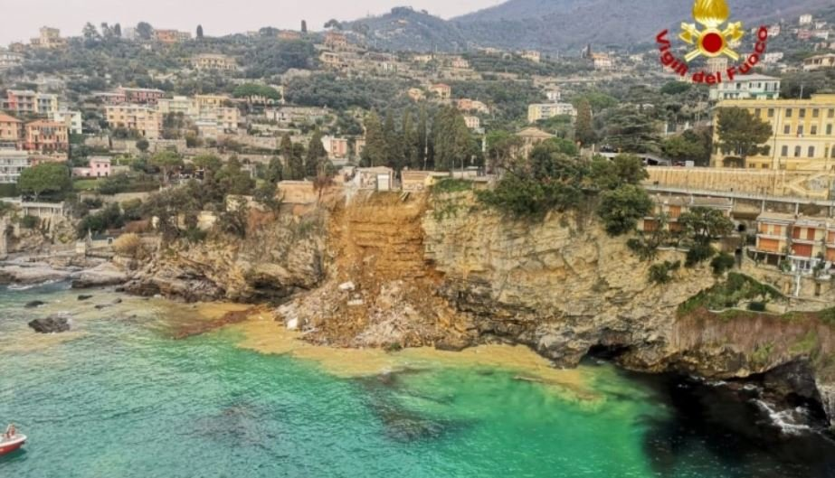 В Италии часть кладбища обрушилась в море