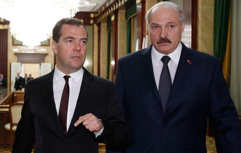 Лукашенко провел телефонный разговор с Медведевым 23 февраля