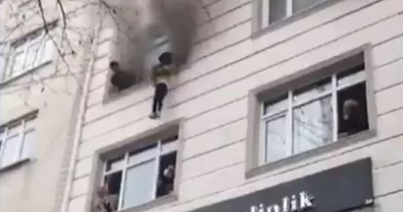 В Турции мать выбросила четверых детей из окна во время пожара