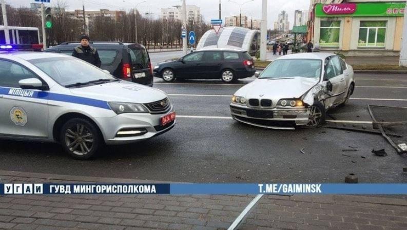 В микрорайоне Чижовка в Минске пьяный водитель на BMW пробил ограждение и врезался в Ford