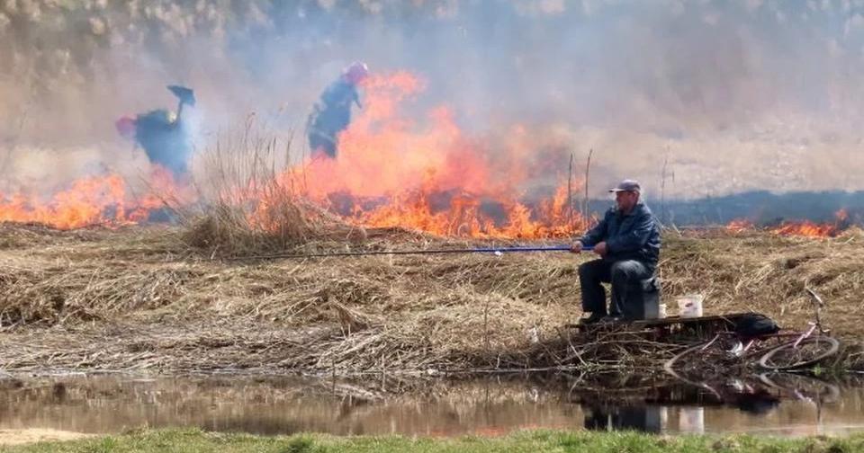 Слуцкие рыбаки ловят рыбу в непосредственной близости от пожара