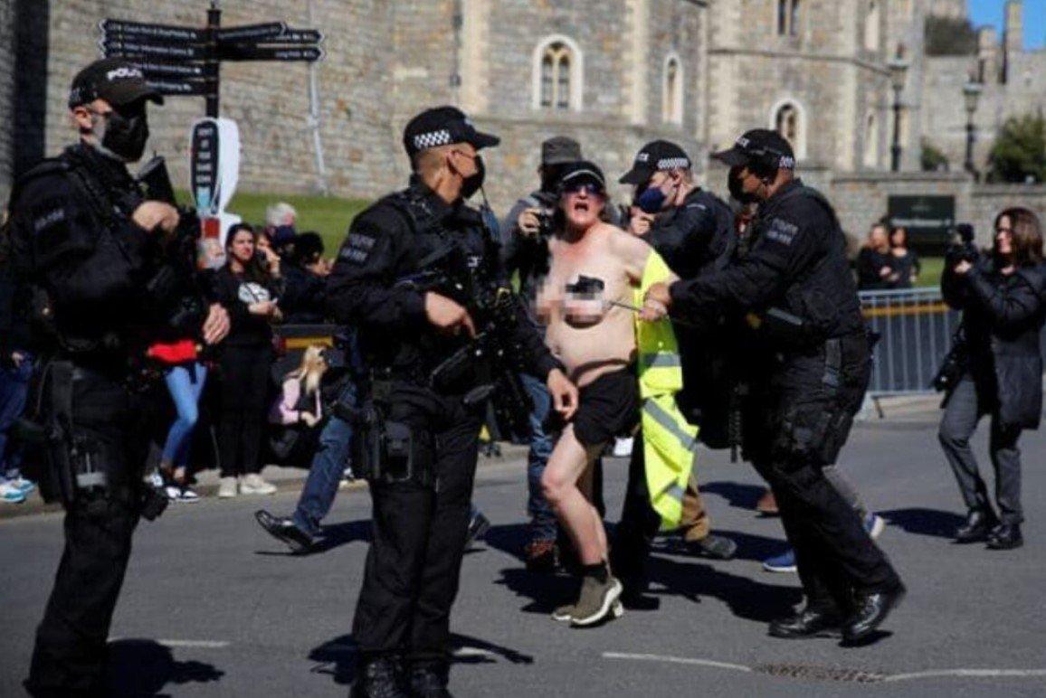 Полуобнаженная экоактивистка пыталась сорвать похороны принца Филиппа в Великобритании