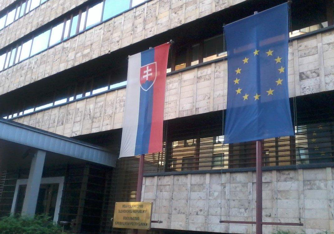 Словакия вслед за Чехией выслала трех российских дипломатов