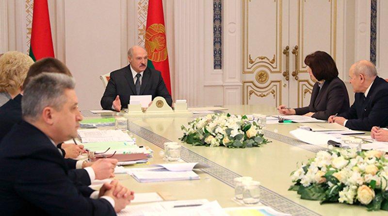 На совещании 6 мая Лукашенко предложил ввести для госслужащих отличительные значки
