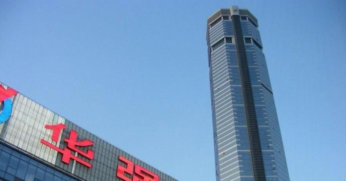 300-метровый небоскреб в Китае пошатнулся и накренился