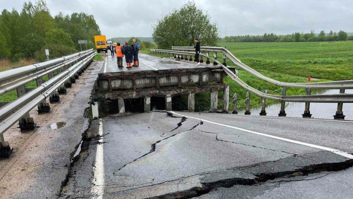 В Борисовом районе обрушился бетонный мост через реку Рова