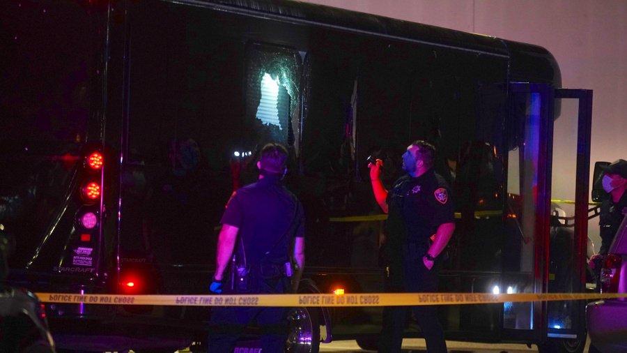 Очередная стрельба в США: неизвестные обстреляли автобус