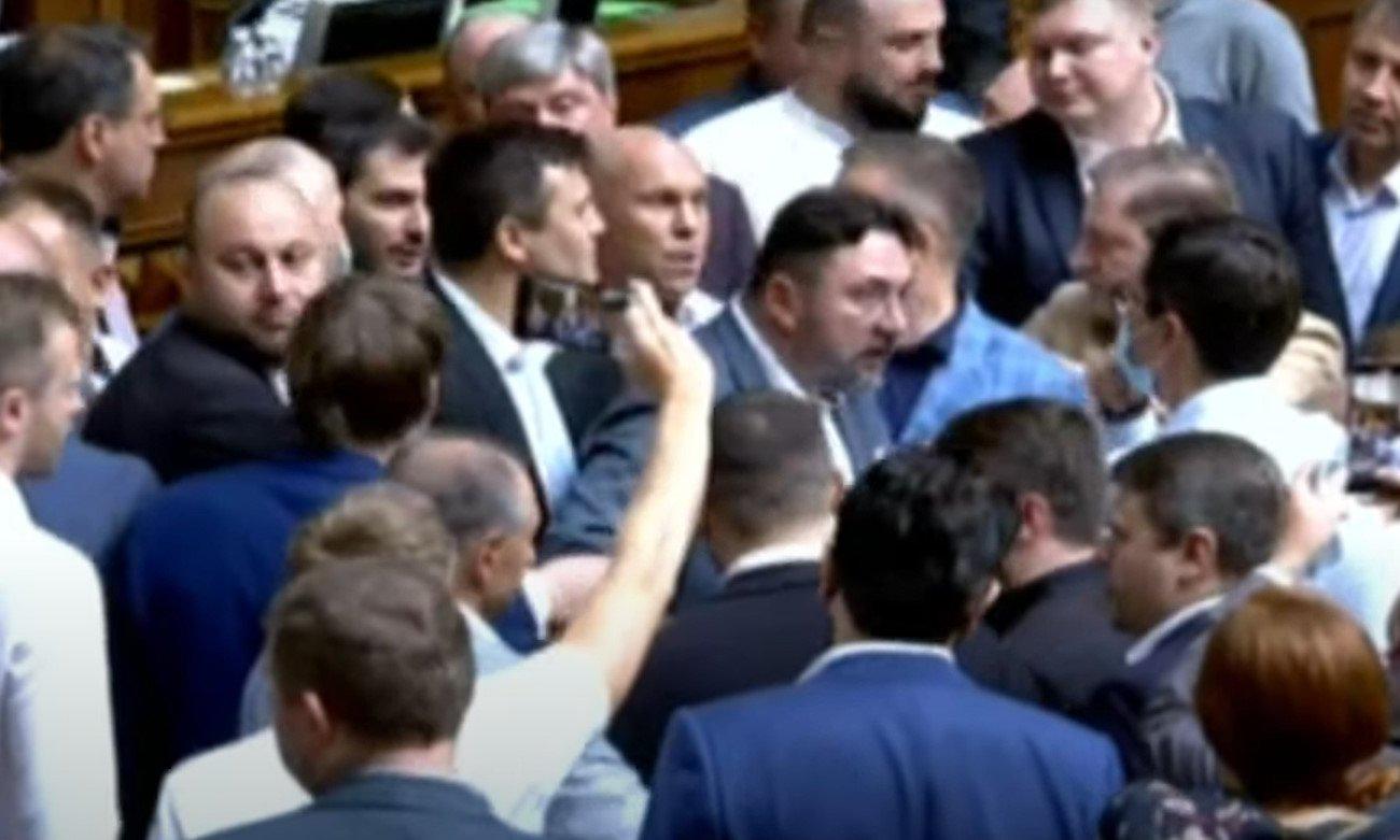 В Верховной раде произошла драка после призывов расстрелять оппозицию