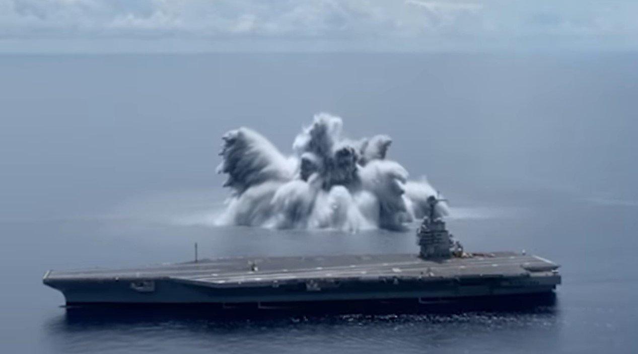 Военные США испытали мощную бомбу рядом со своим авианосцем