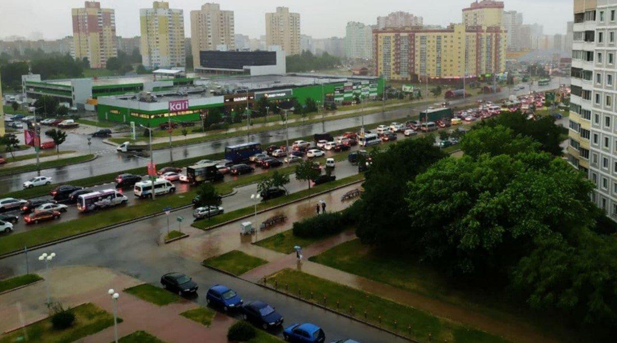 В Минске из-за сильного ливня образовалась большая пробка