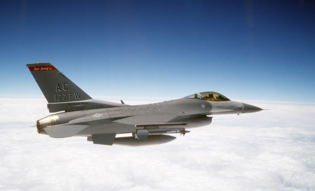 Бельгийский истребитель F-16 врезался в здание в Нидерландах