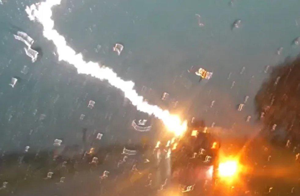В США молния попала во внедорожник с пятью человеками