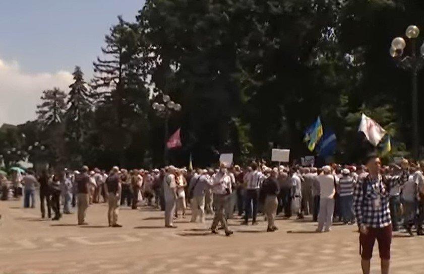 Пенсионеры МВД Украины попытались прорваться в Верховную Раду