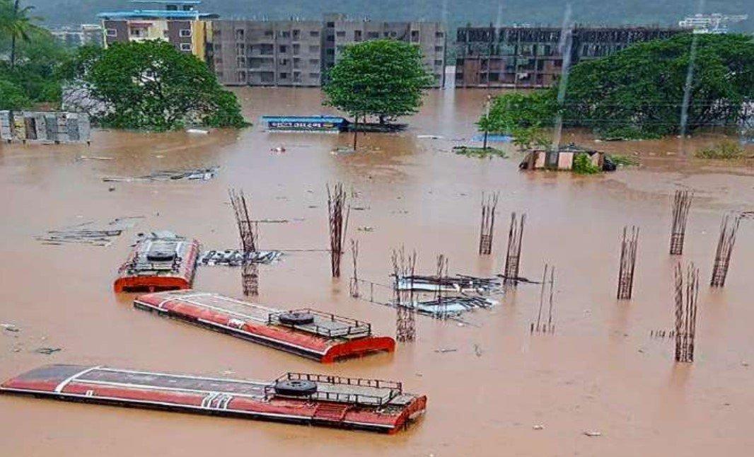Более 130 человек погибли в Индии в результате оползней и наводнений