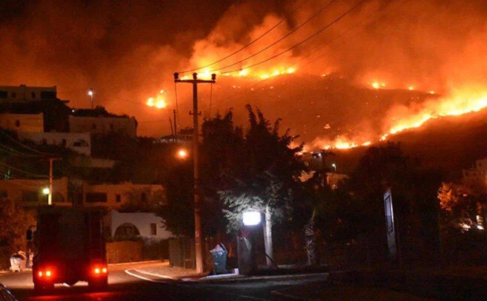 В турецком Мармарисе из-за лесных пожаров эвакуировали отели и виллы