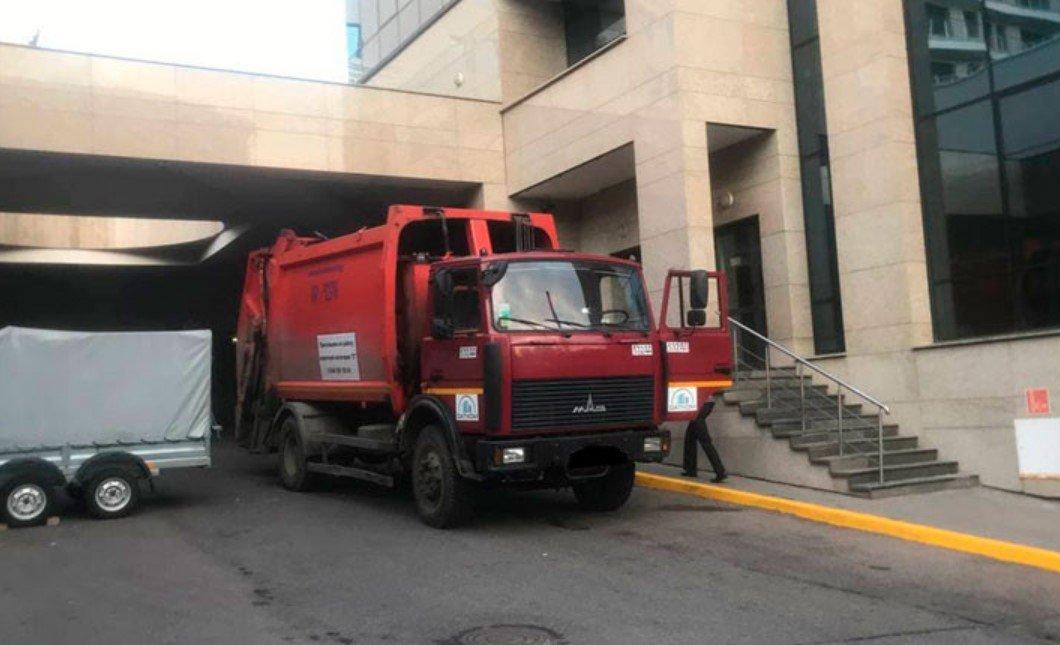 Водитель мусоровоза насмерть сбил 22-летнего парня в Минске