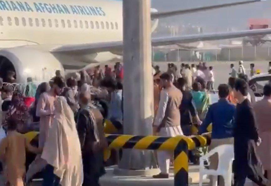 Толпы афганцев прорвались на ВПП аэропорта Кабула