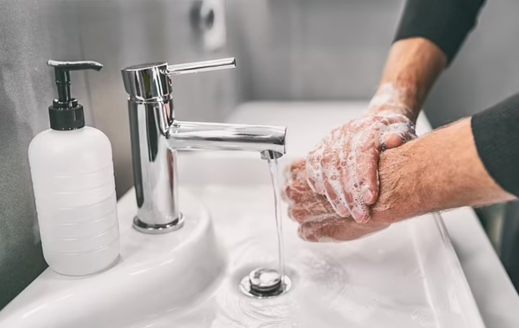 Почему необходимо мыть руки хотя бы 20 секунд? Математическая модель показывает