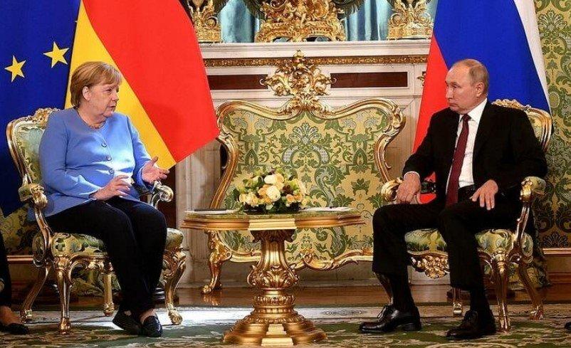 Меркель позвонили во время публичной части встречи с Путиным в Кремле