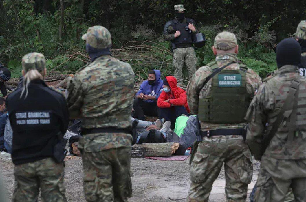 Белорусские пограничники и местные жители передали афганским мигрантам еду и одежду