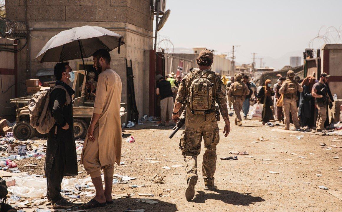 Более 100 человек погибли в результате двух взрывов в аэропорту Кабула