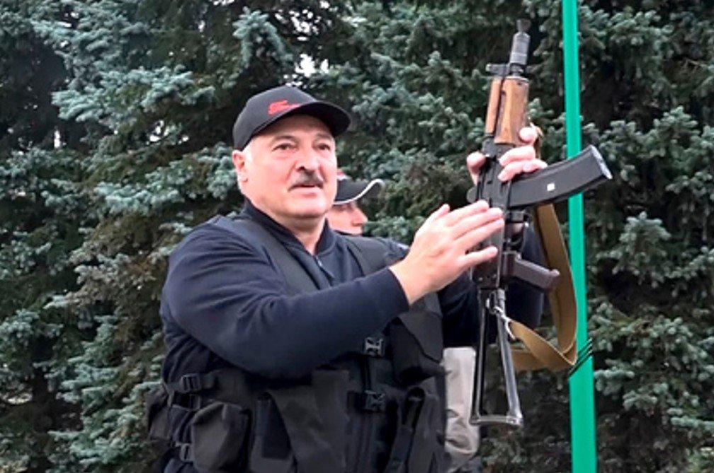 Лукашенко подарили картину, где он изображен с автоматом в сопровождении сына