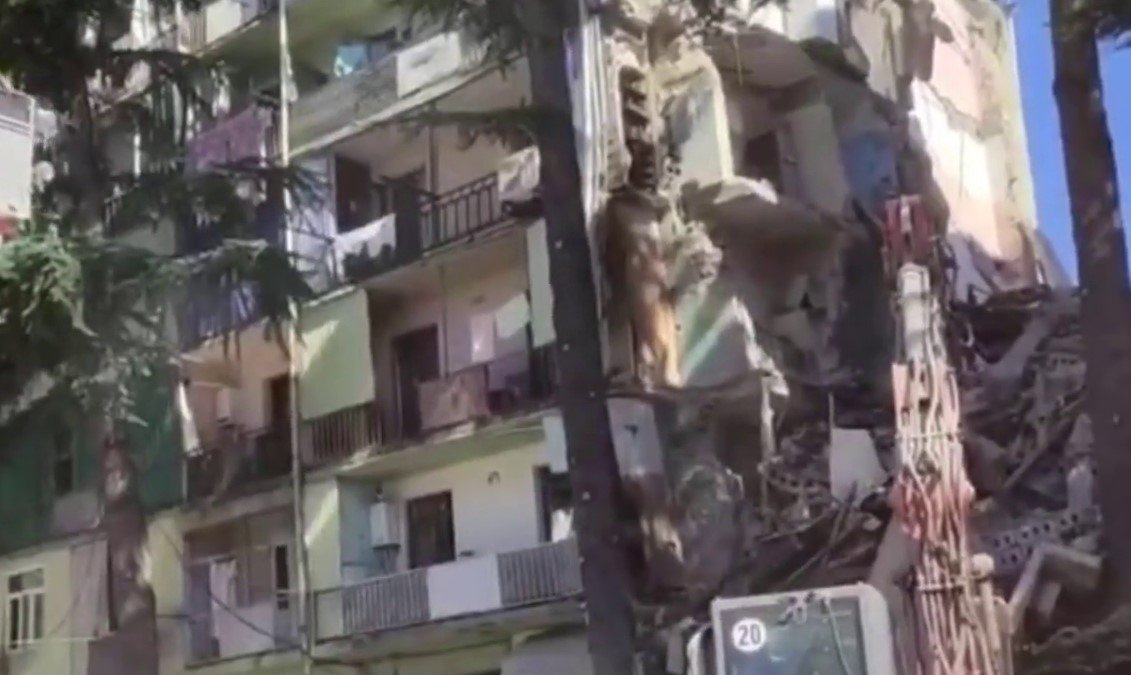 В Батуми обрушился подъезд многоэтажного дома